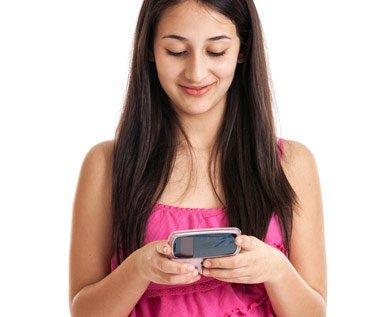 девушка отправляет смс, чтобы перевести деньги