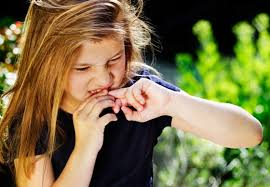 Одним из симптомов невроза может быть обкусывание ногтей